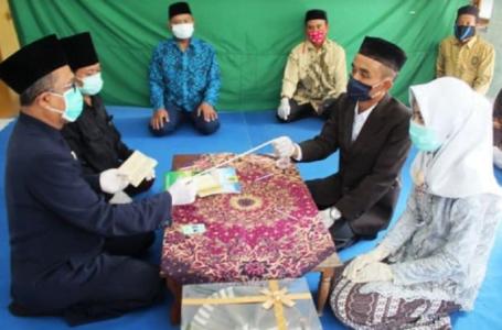 Pengantin Indonesia nikah guna benang pula!
